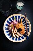 Schweinekoteletts mit Sesampanade und schneller Tonkatsu-Soße