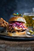 Pulled Pork Burger mit roten Zwiebeln