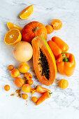 Stillleben mit orangefarbenen Lebensmitteln (Aufsicht)