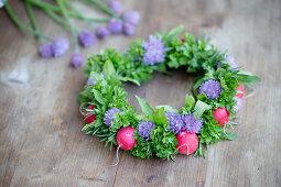 DIY-Kranz aus Schnittlauchhblüten, Kräutern und Radieschen