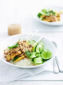 Satay Hühnchenspiesse mit Reis und Gurkensalat