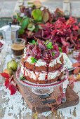 Cake with blue cheese cream and poached pears in red wine