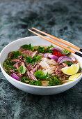 Pho Bo (Traditionelle Rindfleischsuppe mit Reisnudeln, Vietnam)