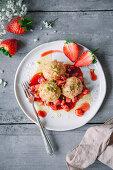 Topfenknödel mit Erdbeerkompott