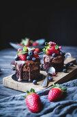 Kleine Schokoladenkuchen mit verschiedenen Beeren