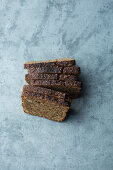 Dark bread for providing roasted flavours