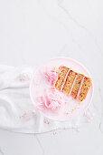 Ein Stück Fairy Bread Schichtkuchen