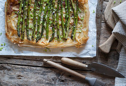 Puff pastry tart with green asparagus and onions