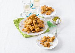 Nodini al miele e cannella (pastry biscuits, Italy)