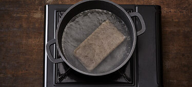 A block of konjac being cooked for 3 minutes