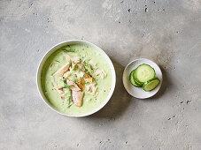Kalte Buttermilch-Gurken-Suppe mit Forelle