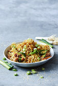 Green vegie and chicken chow mein (China)