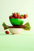 Stilleben mit Erdbeeren, Rhabarber und Zucker