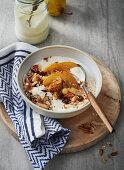 Frühstücks-Müsli mit Joghurt und Birnen