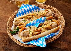 Hot Dog Munich Style mit Krautsalat und Bratkartoffeln