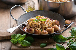 Wholemeal spaghetti with millet and mung bean balls and tomato sauce (vegan)