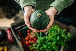 Bauer hält frisch geerntetes Gemüse