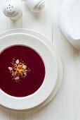 Rote-Bete-Suppe mit Mandeln und Orangenzesten