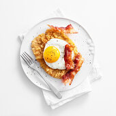 Breaded pork escalope with a fried egg and bacon