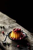Caramel pudding with currants