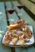 Garlic crostini with cured ham