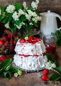 Pavlova mit Erdbeeren und Sahne