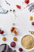 Zutaten für gesundes Frühstück: Haferflocken, Feigen, Pflaumen und Granatapfelkerne
