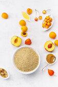 Zutaten für gesundes Frühstück: Haferflocken, Pfirsiche, Aprikosen, Honig und brauner Zucker
