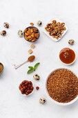 Zutaten für gesundes Frühstück: Buchweizenflocken, verschiedenen Nüssen und Honig