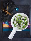 Reis mit Wakame und frischen Erbsen