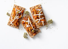 Crispbread with oregano, sliced vegetables and ricotta