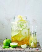 Apfelschorle mit Zitronenschale und Zimt