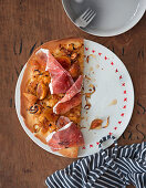 Pizza with caramelised onions, figs and cured ham