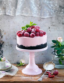 Cheesecake with raspberries, mint and icing sugar