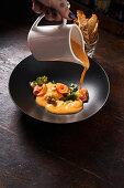 Lachsröllchen mit Broccoli und weisser Sauce mit Sauce Nantua übergießen