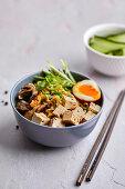 Ramen-Nudelsuppe mit Chili-Tofu, Pilzen und Ajitama-Ramen-Ei (Japan)