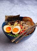 Ramen-Suppe mit Pilzen, Chashu-Schweinefleisch und Ajitama-Ramen-Eiern