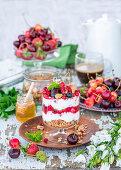 Müsli-Trifle mit Beeren und Joghurt