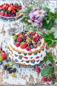 Schichtkuchen mit Honig, Beeren und Mascarpone