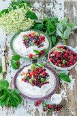 Baiser mit Beeren und Sahne