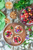 Torteletts mit Joghurt, Beeren und Kirschen