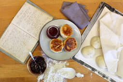 Dampfnudeln (steamed, sweet yeast dumplings) with fruit compote