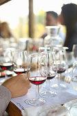 Rotweingläser auf Restauranttisch