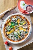 Pizza mit Hackfleisch, Parmesan und Basilikum