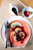 Profiteroles mit geschmolzener Schokolade und Früchten