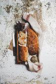 Knusprig gebackene Weissbrote. eines angeschnitten