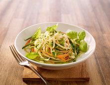 Gemüsenudeln mit Basilikum