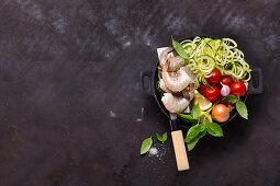 Zutaten für Zoodles mit Garnelen und Tomaten