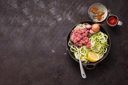 Zutaten für Zoodles-Wok mit Lammhackfleisch
