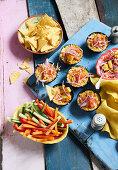Gemüsesticks und Tex-Mex Mais-Chili-Dip mit Käse